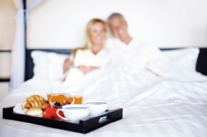 40529_cropped_668_443_90_511a2224751ef_couple-chambre-hotel-shutterstock